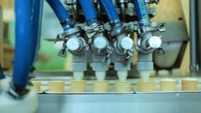 Lebensmittelverarbeitungsausrüstung Waffelkegel, die mit Eiscreme füllen Fertigungsstraße stock video