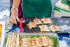 Lebensmittelverkäuferköche am Sonntags-Markt Lizenzfreie Stockfotos