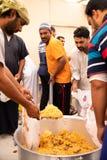 Lebensmittelverpackungen ` Verteilung in der Moschee während iftar Mahlzeit Ramadans lizenzfreie stockbilder