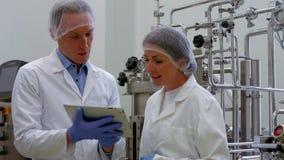 Lebensmittelwissenschaftler, die im Labor zusammenarbeiten stock footage