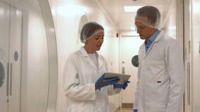Lebensmittelwissenschaftler, die im Labor zusammenarbeiten stock video