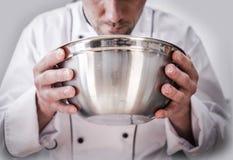 Lebensmittelzubereitung durch Chef lizenzfreie stockfotos