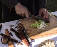 Lebensmittelzubereitung unter Verwendung der mittelalterlichen Geräte Lizenzfreies Stockfoto