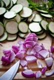 Lebensmittelzubereitung: Zucchini und Zwiebeln Stockbild
