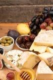 Lebensmittelzusammensetzung mit Blöcken des schimmeligen Käses, in Essig eingelegte Pflaumen, hon Stockbilder