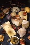 Lebensmittelzusammensetzung mit Blöcken des schimmeligen Käses, in Essig eingelegte Pflaumen, hon Lizenzfreie Stockbilder