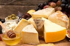 Lebensmittelzusammensetzung mit Blöcken des schimmeligen Käses, in Essig eingelegte Pflaumen, hon Stockbild