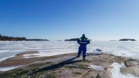 Lebensretter des jungen Mannes, der die Situation auf dem Eis aufpasst lizenzfreies stockbild