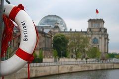 Lebensretter und Reichstag Lizenzfreie Stockfotos