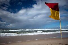 Lebensrettermarkierungsfahne auf dem Gold- Coaststrand Lizenzfreie Stockfotos