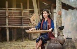 Lebensstil-Asien-Mädchenlandwirtlandwirt mit glücklichem Lächeln stockbilder
