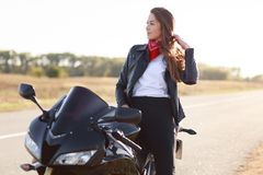 Lebensstil, Extrem und Leutekonzept Schoss seitlich vom recht durchdachten jungen weiblichen Fahrer, der in der modernen Kleidung lizenzfreies stockfoto