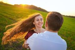 Lebensstil, glückliches Paar von Spiel zwei an einem sonnigen Tag draußen Lizenzfreie Stockfotografie