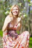 Lebensstil-Ideen Glückliche und lächelnde kaukasische blonde Frau Lizenzfreie Stockfotos