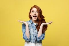 Lebensstil-Konzept: Lächelnde schöne junge Frau im Baumwollstoff kleidet die Aufstellung mit den Händen auf Kinn Getrennt über Ge stockfotos