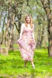 Lebensstil-Konzepte Ruhige entspannende kaukasische blonde Frau, die draußen geht Stockfoto