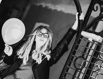 Lebensstil, Mode und Leutekonzept: blondes Mädchen, Schwarzes und wh Lizenzfreies Stockfoto