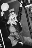 Lebensstil, Mode und Leutekonzept: blondes Mädchen, Schwarzes und wh Lizenzfreie Stockfotos