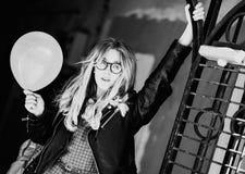 Lebensstil, Mode und Leutekonzept: blondes Mädchen, Schwarzes und wh Lizenzfreies Stockbild