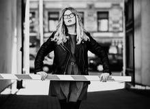 Lebensstil, Mode und Leutekonzept: blondes Mädchen, Schwarzes und wh Stockfotografie