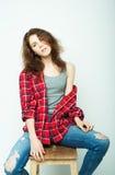 Lebensstil, Mode und Leutekonzept: junge gelockte Frau, die im Studio aufwirft Lizenzfreies Stockbild