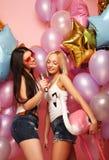 Lebensstil-, Partei- und Leutekonzept: Glückliche Mädchen mit microphon Stockfotos
