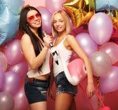 Lebensstil-, Partei- und Leutekonzept: Glückliche Mädchen mit microphon Stockbilder