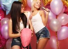 Lebensstil-, Partei- und Leutekonzept: Glückliche Mädchen mit Mikrofon Stockbild