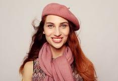 Lebensstil, Schönheit und Leutekonzept: Schönheit redhair Mädchen, das rosa Barett trägt lizenzfreie stockbilder