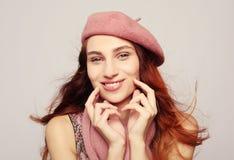 Lebensstil, Schönheit und Leutekonzept: Schönheit redhair Mädchen, das rosa Barett trägt stockbilder