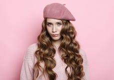 Lebensstil, Schönheit und Leutekonzept: Schönheitsmädchen mit der gelockten perfekten Frisur, die rosa Barett trägt lizenzfreie stockfotos
