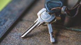 Lebensstil-Schlüssel auf Holztisch stockfotos