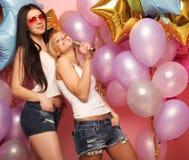 Lebensstil und Leutekonzept: Glückliche Freundinnen mit microphon Lizenzfreie Stockbilder