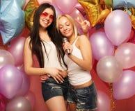 Lebensstil und Leutekonzept: Glückliche Freundinnen mit microphon Lizenzfreie Stockfotos