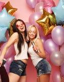Lebensstil und Leutekonzept: Glückliche Freundinnen mit microphon Stockbild