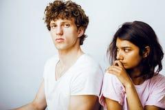 Lebensstil und Leutekonzept junges multinationales Paare togethe lizenzfreies stockfoto