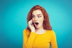 Lebensstil- und Technologiekonzept - Porträt des roten Haarmädchens des netten glücklichen Ingwers mit der frohen und aufregenden Lizenzfreie Stockbilder
