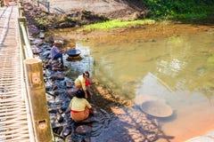 Lebensstil von Leuten in der Landschaft, zum sich neben dem Kanal zu waschen Stockfotos