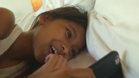 Lebensstilabschluß herauf Hauptschuß von süßen glücklichen und schönen 7 Jahren altes Kind, die Spaß mit dem Internet-Handy onlin stock video footage