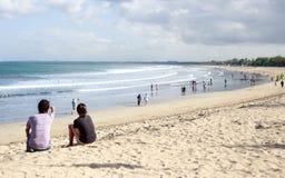 Lebensstilbild von Paaren genießt Tag am Strand lizenzfreie stockbilder