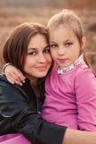 Lebensstilgefangennahme der glücklichen Mutter- und Jugendlichtochter, die den Spaß im Freien hat Liebevolle Familie, die zusamme Lizenzfreie Stockfotos