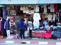 Lebensstilhandwerk, entworfene Andenken, die Straßenrand auf GOLDENEM DREIECK THAILAND verkauft Stockfotografie