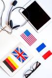 Lebensstillernen englisch online auf die weiße Tabellenhintergrundoberseite lizenzfreies stockbild