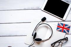 Lebensstillernen englisch online auf weißem Holztisch backgrou stockfotografie
