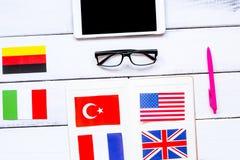 Lebensstillernen englisch online auf weißem Holztisch backgrou stockfoto