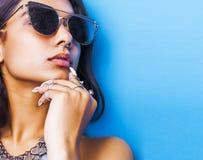 Lebensstilleutekonzept junges hübsches lächelndes indisches Mädchen mit den langen Nägeln, die Los Schmuck tragen, schellt, asiat stockfotografie