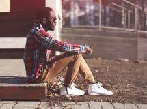 Lebensstilmodeporträt des stilvollen jungen afrikanischen Mannes Lizenzfreie Stockfotos