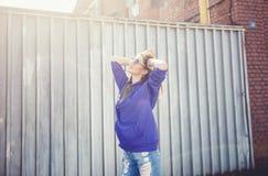 Lebensstilporträt der jungen Frau des glücklichen Brunette Stockfotos