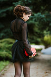 Lebensstilporträt der jungen stilvollen Frau geht in die Stadt mit einer roten modischen Tasche Auf der Mädchenschulter-Handtasch Stockbilder