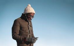 Lebensstilporträt des jungen afrikanischen Mannes, der hörende Musik genießt Stockfoto